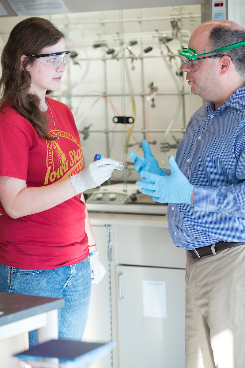Faculty member and student converse in the laboratory.